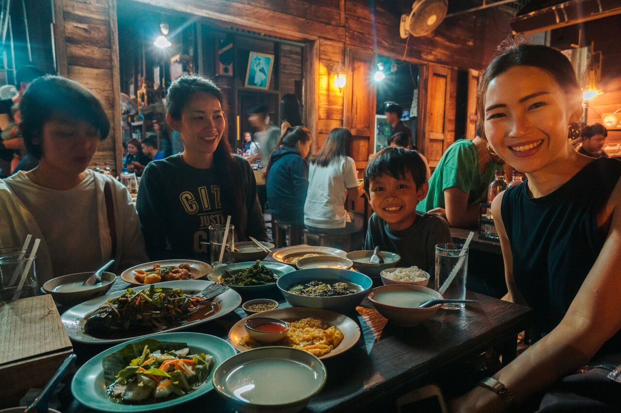 Eating at Aroy One Baht Restaurant with he family from Ku Chang Heng cafe in Lampang, Thailand.